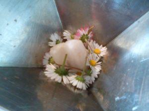Een kwarts en witte bloemen
